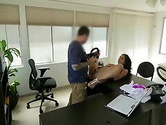 बेब कैमरे के साथ सींग का ऋण एजेंट के गंदे हाथों में हो जाता है
