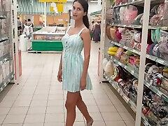 dekle pokaže svojo muco in rit v supermarketu