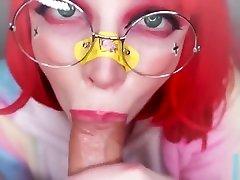 zelo luštna punca fafa velikega tiča in dobi spermo v vilinski v ustih!