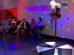 Swingers pasangan kebelet ngentot Sex And Stripper Pole