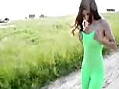 www.voyeurpissing.com -gola punca v avtu gre scat