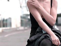 jolie blonde qui exhibe ses seins en publique