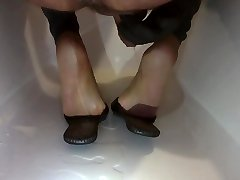 Piss between flat leather slipper and nylon soles & toes
