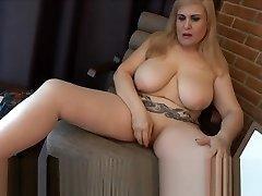 MILF se masturba en la habitacion del hotel hasta mearse en la banera