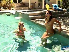 noored lesbi babes mängida määrdunud basseinis ja lakkuda üksteist pussies