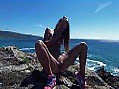 मूतना यात्रा - गैलिसिया स्पेन में अटलांटिक महासागर के तट पर प्यारा रूसी नग्न न्यडिस्ट लड़की सार्वजनिक पेस