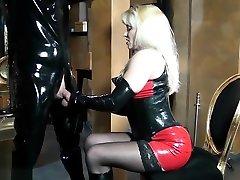 BDSM Latex Sklave kriegt Live Erziehung von Herrin
