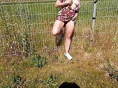 salope se masturbe en exterieur comme une chienne
