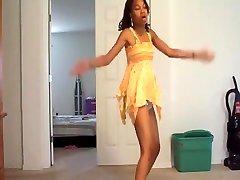 Petite boss ko10 tak bongkot has some sexy dance moves for sure