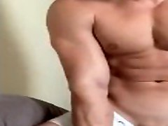 Muscle Hunk Cumshot on Cam