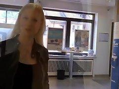 BlondeHexe - mom and daughter massage nuru Fick in der BANK
