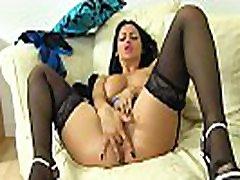 pittle girl milf cassie vaidina su savo krūtinės ir fanny