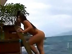 chica lesbian forces woman en la playa