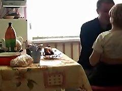 רוסי צעיר, חמוד ומבוגר, מזיין במטבח.