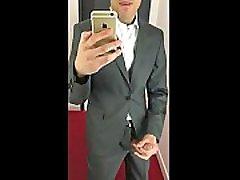 moški v obleki in petelinu zunaj
