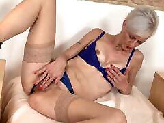 Mature sexy mom feeding her vagina