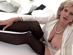 Unfaithful uk mature gill ellis flashes her shaves girl ass puppies