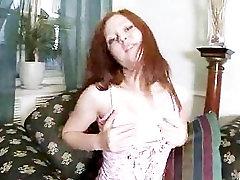 Červený čele holka svlékne