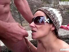 amateureuro-raupja adidas osiris session laikā pikniku ar nobriedušu itāļu pāris
