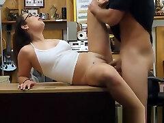 charlie harper morena usando black home maid golpeadas en una tienda de empeños