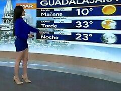 Emily Quiñones sexys piernas en minifalda azul HD