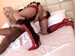 Babe gets pussy creampied