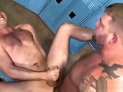 Buff dude fucks man hole