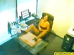 Hun onanerer i office