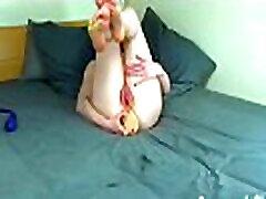 sagraušana viņas prolapsing ass ar milzu dildo