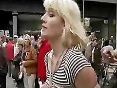 Vezani dekle hodil v javnosti gole joške