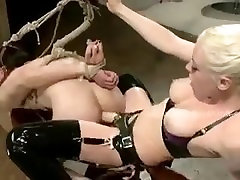 पुरुष सेक्स गुलाम के साथ कसकर है और घर में महिला domin