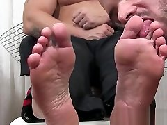 Muscle hunk lays down to get feet worshiped