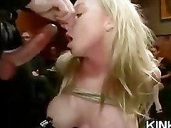 गर्म सुंदर लड़की और रोता में तीन प्रतिभागियों का सम्भोग बंधक परपीड़न सेक्स