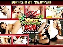 Busty young Asian taip karšta su ja žaislai