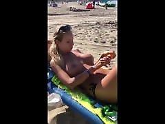 paplūdimys mergina alyvavimas jos didelis fizinis papai