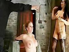 Vezani busty blonde bradavičke, sesalne in telo oljen
