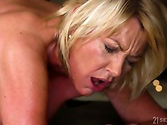 Young hormy masseur fucks fake tittied cougar with 15 inch toy ass Amy