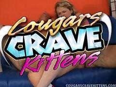 Blond Cougar Uči Coed O Oralnem Seksu