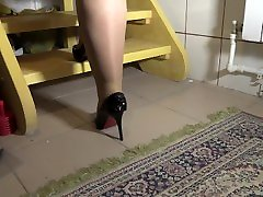 PLUMP LEGS IN NYLON TIGHTS HIGH-HEELED WALK ON THE STAIRS. FOOT FETISH.