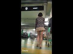 एशियाई अति छोटे स्कर्ट पार्किंग में घूमना
