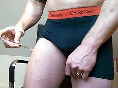 British Bodybuilder Injects Steroids into Thigh - Double Injection