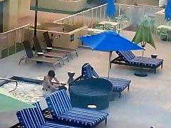 Pärchen wird beim Sex im Hotel Pool erwischt