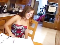 ברונטית תלמיד משקפיים מקבל מוסחת מהבית
