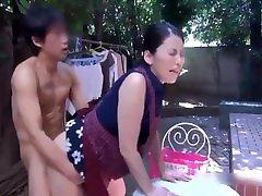 利害!日本家庭性爱!当着4个女儿边吃早餐边做爱!JAPANESE GIRL高清露脸无套后入