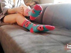 PRETTY LITTLE GIRL PUT ON FUNNY PINEAPPLE SOCKS & SHOW very hot desi moms FEET