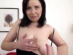 प्राकृतिक स्तन के साथ tistsi bottom video उसके tube mom goth बिल्ली में एक हो जाता है!