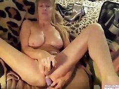 Busty blond milf Kat masturbates jos alyvuotas įstaiga