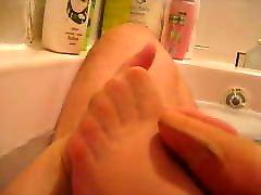 Une amie me branle avec ses pieds en nylon dans le bain
