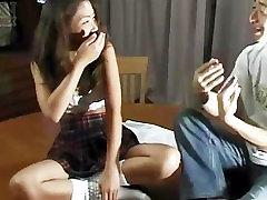 Сексуальная японская красотка в униформе с мини-юбке раздевается