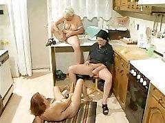 Grannies reikia jaunų gaidžiai išlipti